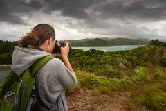 有背包的旅行的妇女摄影师 免版税库存图片