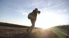 有背包的游人在日落旅行通过山 一种健康生活方式的概念 股票视频