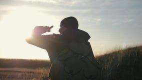 有背包的游人在日落旅行通过山 一种健康生活方式的概念 股票录像