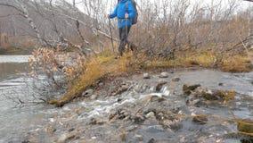 有背包的游人审阅山小河 从底层的视图 股票录像