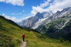 步行在旅游轨道的山的背包徒步旅行者 库存图片