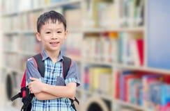 有背包的男孩在学校 免版税库存照片