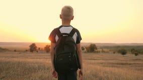 有背包的男孩是在领域 高涨 旅游业和游客旅行 股票录像