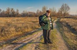 有背包的资深远足者 免版税图库摄影