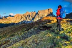 有背包的运动的远足者妇女在山顶部 库存图片