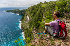 有背包的远足者坐山的上面和享受看法 库存照片