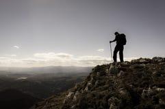 有背包的远足者 免版税库存照片