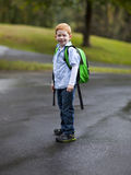 有背包的逗人喜爱的男孩 库存图片