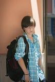 有背包的青少年的男孩在旅行 库存图片