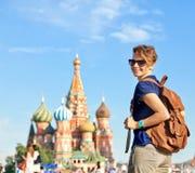 有背包的年轻可爱的妇女旅客在背景 免版税库存图片