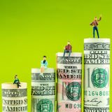 有胜利姿态的微型小雕象在多数被重视的美国美元钞票 免版税库存图片