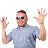 有胡子佩带的太阳镜的可爱的成人人在夏天衬衣高兴 免版税图库摄影