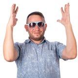 有胡子佩带的太阳镜的可爱的成人人在夏天衬衣高兴 库存照片