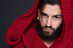 有胡子和红色围巾的凉快的人 免版税库存照片