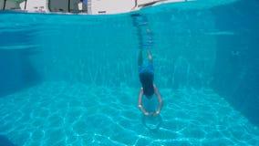 有胡子和长的头发的人潜水入水池 影视素材