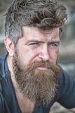 有胡子和髭的,关闭人 严肃的面孔的有胡子的人看起来哀伤,并且麻烦,遭受问题 库存图片