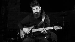 有胡子戏剧电吉他乐器的音乐家 免版税图库摄影