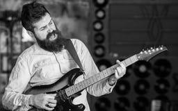 有胡子戏剧电吉他的音乐家 摇滚乐概念 有天才的音乐家,独奏者,歌手在音乐的戏剧吉他 库存照片