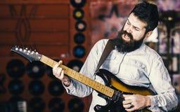 有胡子戏剧电吉他的音乐家 摇滚乐概念 有天才的音乐家,独奏者,歌手在音乐的戏剧吉他 免版税库存图片