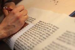 有胡子文字的犹太人在羊皮纸纸卷 被拍的照片:2015年12月30日, 库存照片