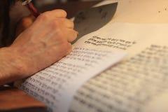 有胡子文字的犹太人在羊皮纸纸卷 被拍的照片:2015年12月30日, 库存图片