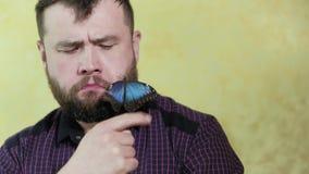 有胡子的一个人拿着一只蝴蝶4k 股票录像