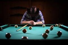 有胡子的一个人播放大台球 在12英尺水池的党 免版税库存照片