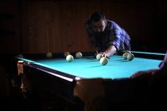 有胡子的一个人播放大台球 在12英尺水池的党 库存图片
