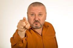 有胡子的一个恼怒的人把手指指向的您 库存图片
