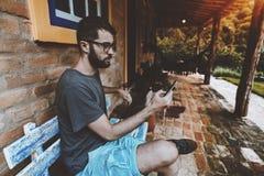 有胡子的一个沉思人使用户外手机 免版税库存照片