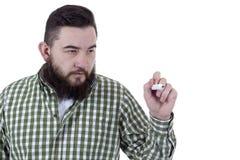 有胡子的人使用一支绿色毡尖的笔 库存图片