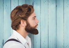 有胡子的人反对蓝色木盘区 库存图片
