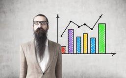 有胡子的人和五颜六色的图表 免版税库存照片