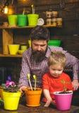 有胡子的人和小男孩儿童爱自然 r r : ? 图库摄影