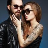 有胡子的人和tattoed女孩爱的 免版税库存图片