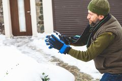 有胡子的人在围场做雪球 库存图片