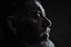 有胡子的人在塔吉克斯坦的树荫下 免版税库存图片