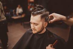 ?? 有胡子的人在理发店 现代美发店 免版税库存图片