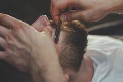 有胡子的人在理发店 免版税库存图片