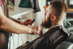 有胡子的人在理发店 免版税库存照片