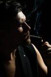有胡子的人打开香烟 免版税库存图片