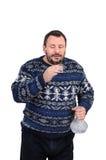 有胡子的人打算喝伏特加酒射击 免版税库存照片