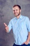 有胡子的人是惊奇和指向照相机 免版税库存照片