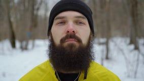 有胡子的人特写镜头画象有蓝眼睛的与背景的冬天森林 股票视频