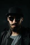 有胡子的人特写镜头画象一个适合的帽子的 免版税库存图片
