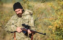 有胡子的人猎人 军服 军队力量 伪装 狩猎技能和武器设备 怎么轮狩猎 免版税库存图片
