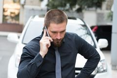 有胡子的人谈话在电话 图库摄影