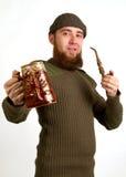 有胡子的人饮用的啤酒 库存图片