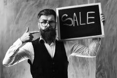 有胡子的人,在黑板的残酷白种人行家藏品销售题字 免版税库存图片