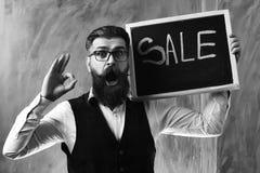 有胡子的人,在黑板的残酷白种人行家藏品销售题字 免版税图库摄影